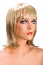 Perruque Camila blonde : Perruque blonde au look résolument moderne. Camila est mi-longue avec une frange effilée.